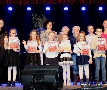 zdjęcie spiewających dzieci z klas I-III