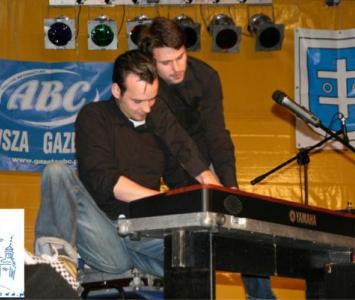 dwójka mężczyzna przy keybordzie na scenie