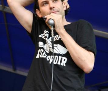 mężczyzna w czarnym ubraniu podczas śpiewania