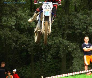 mężczyzna skaczący na motorze