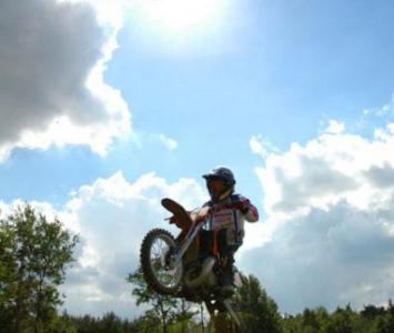 motocyklista podczas jazdy enduro na jednym kole