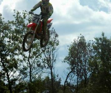 motocyklista podczas wyskoku na enduro