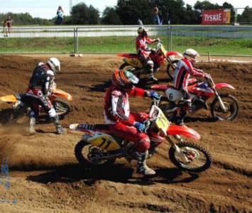 czterech motocyklistów podczas wyścigu enduro