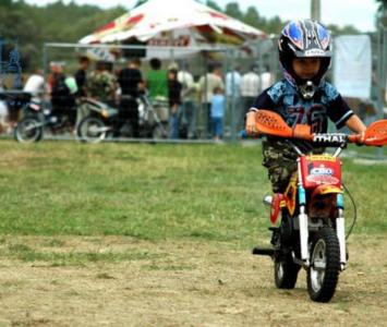 chłopiec podczas jazdy na małym motorze enduro