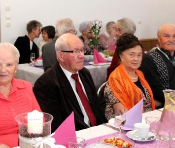 seniorzy przy stole