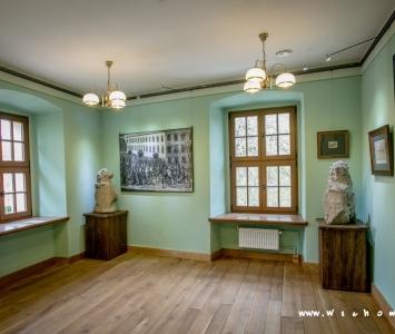 sala muzeum z dwoma oryginalnymi figurami lwów