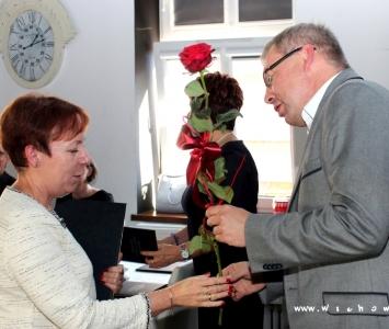 zastępca wręcza kwiata nagrodzonej nauczycielce