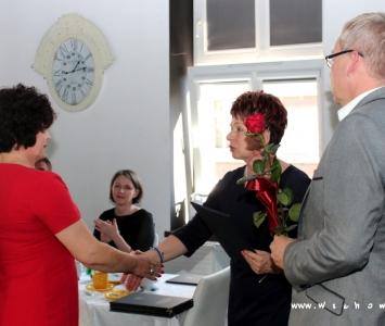 nauczycielka odbierajaca nagrodę