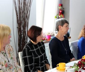 cztery nauczycielki siedzące przy stole