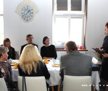 nauczyciele z włodarzami przy stole