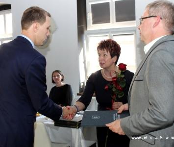 dyrektor odbierajacy nagrodę