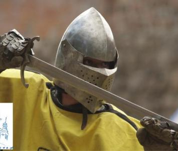 rycerz w chełmie na głowie i z mieczem w ręku