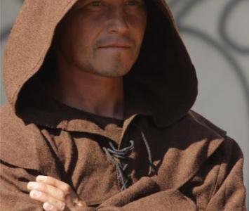 mężczyzna przebrany w brązowe szaty mnicha wraz z kapturem
