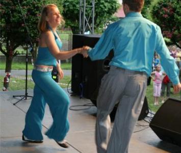 kobieta i mężczyzna tanczą na scenie przed widownią