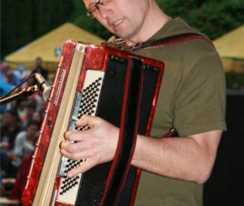 mężczyzna grajacy na akordeonie