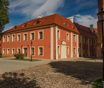czerwony zabytkowy budynek
