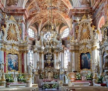 wnętrze kościoła wraz z ołtarzem