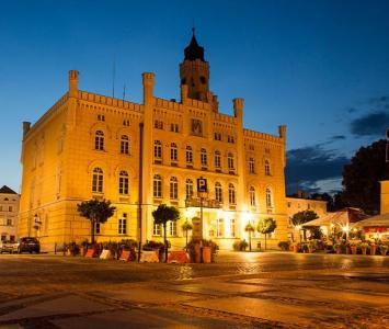 oświetlony budynek na rynku wieczorową porą