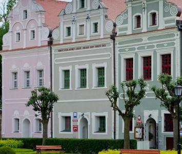 zabytkowy budynek obok pięknego placu